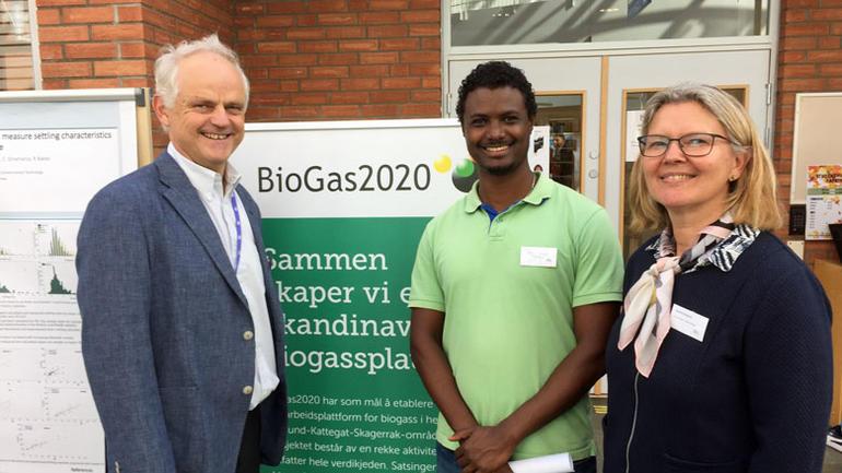 Professor Rune Bakke t.h. har veiledet mange stipendiater med forskningsprosjekter knyttet til biogass. En av dem var Wenche Hennie Bergland som disputerte i 2015. Fasil Ayelegan Tassew er en av stipendiatene som skal videreføre forskningen knytta til biogass.