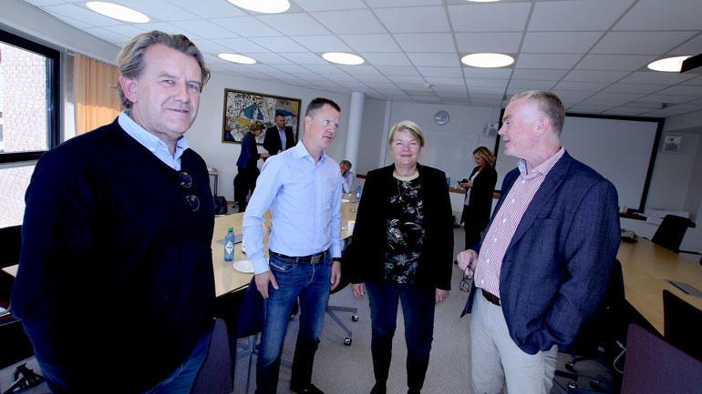 Porsgrunn komomunes næringssjef Øyvind Solbakken på rekke med Preben Hjallum, dekan Heidi Kapstad og fakultetsdirektør Kjetil Horgmo.