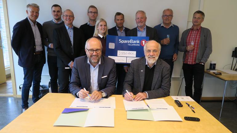 Per Halvorsen og Petter Aasen signerer avtala om gåveprofessoratet.