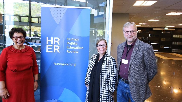 Audrey Osler discussing with Ådne Valen-Sendstad and Gabriela Mezzanotti at USN about the Human Rights Education Review journal. photo.