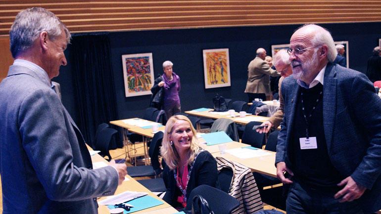 Skien-ordfører Hedda Foss Five sittende mens hun prater med USN-rektor Petter Aasen og viserektor Pål Augestad.