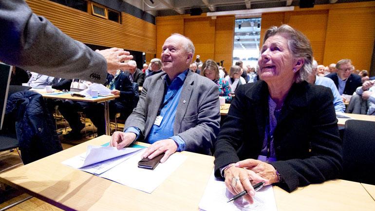 USN-professor Ellen Schrumpf sittende iIbsenhuset sammen med Odd Einar Dørum.