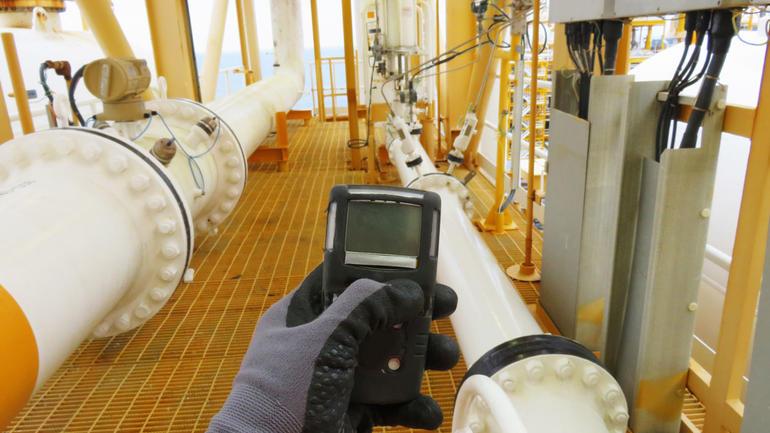 Hydrogensulfid er et problem i mange bransjer. På bildet brukes måleapparat for å spore gassen. Foto: iStock