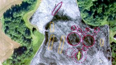 Professor Bjørn Bandlien er ekspert på vikingtiden, og forteller om funnet av et vikingskip i Østfold. Bilde av funnstedet.