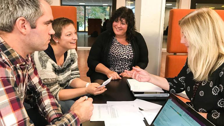 Lærerstudenter på USN får veiledning av erfarne lærere. Foto av veiledningssituasjon. Bli lærer på USN.