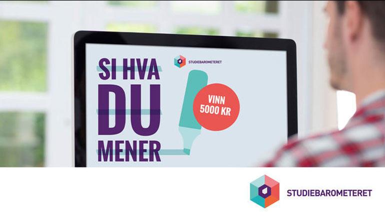 Bilde av student foran skjerm med studiebarometerbilde