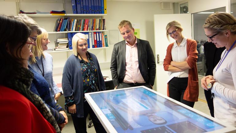 Til høyre: Universitetslektor Hugrun Ösp Egilsdottir viser ny teknologi for helse-politikerne på Stortinget. Foto: Jan-Henrik Kulberg. Ta helseutdanning på USN.