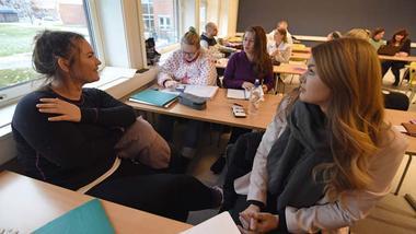 USN-studentene Heidi Høglund (f.v.), Ronja Fredriksson Paulsen, Silje Wolline og Trude Austad Gulliksen deltar i det internasjonale Erasmus+ prosjektet MaCE der de fordyper seg i frafall i skolen. Foto: Bjørn Harry Schønberg/DIKU.