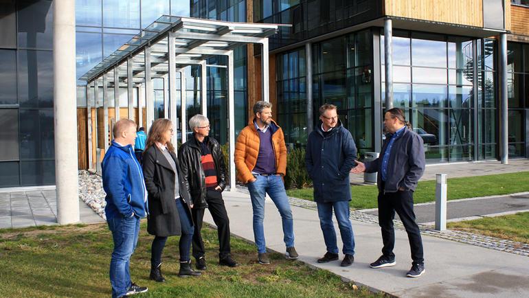 USN samarbeider med næringslivet om IT-sikkerhet. Gruppebilde av arrangører av seminar. Bli IT-student på USN.