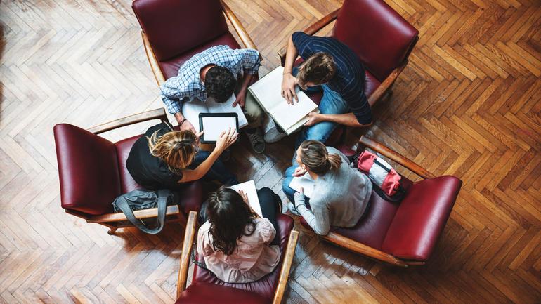 Studenter som leser i gruppe. Bli student på USN. Foto