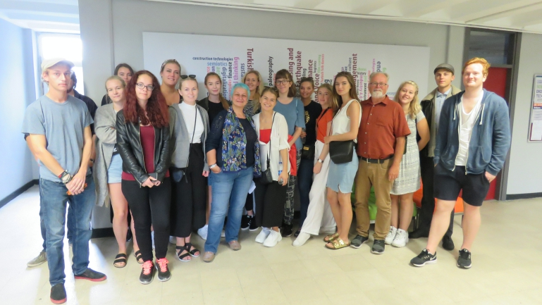 Studenter ved årsstudium i Internasjonal forståelse og samarbeid (IFOS) med professor Istar Gozaydin. foto
