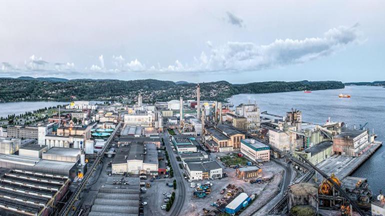 STORT: Herøya industripark dekker eit areal på 1,5 kvadratkilometer i Porsgrunn kommune og har rundt åtti ulike verksemder. Nå etablerer også USN seg her med eit kontor. (Foto: Tom Riis)