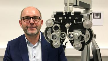 Martin Rostrup fra Rodenstock Norge blir USNs nye ekspert innen FoUI (forskning, utvikling og innovasjon). Fotografert med et av apparatene som firmaet har levert til USN.