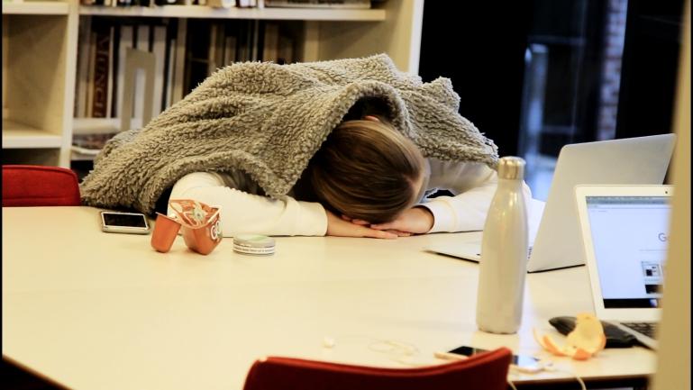trøtt student på campus Drammen. foto