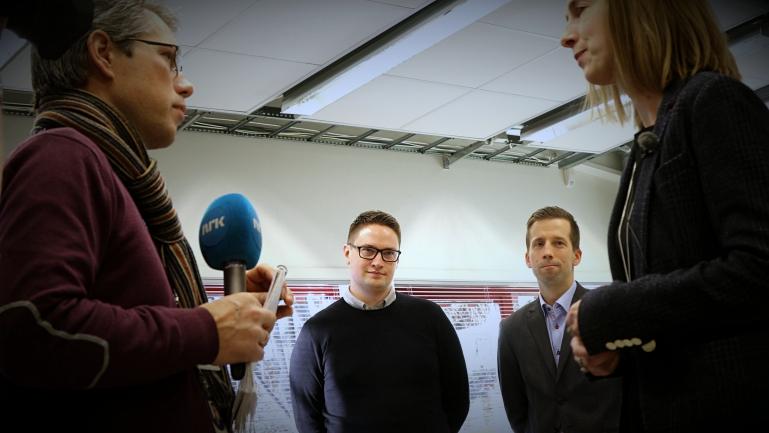 Geir Osmund Aamli ved USN, Bjørn Simen Ljønes og Iselin Nybø på besøk hos Benestad. foto.
