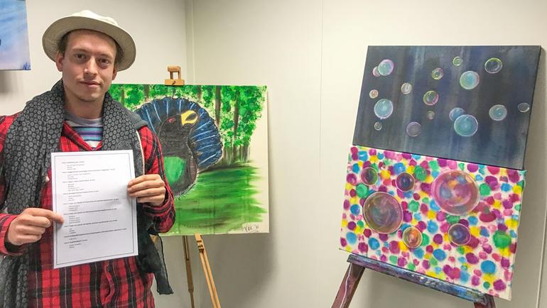 Lysdesignstudent Vegard Kvennejorde Knutsen har laget utstilling av innleveringene sine. Bilde av ham i galleriet. Bli lysdesigner på USN.