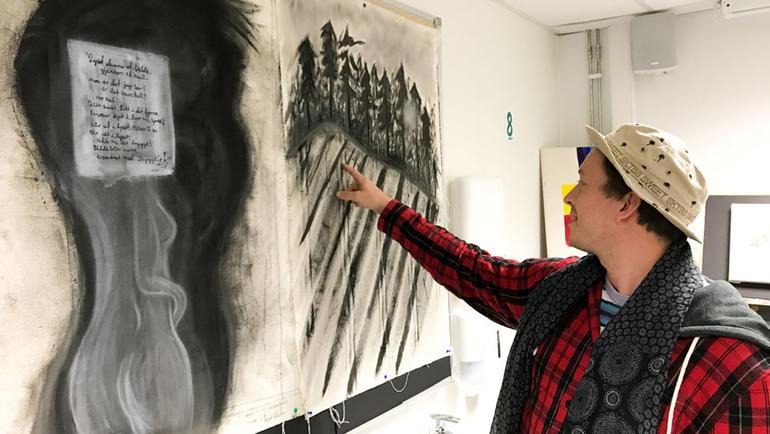 Forskjellige teknikker:  Her har Vegard brukt kullstift, mens kvinneskikkelsen er malt med pastell. Foto av vegard med kullstift og pastell-verk. Bli lysdesigner på USN.