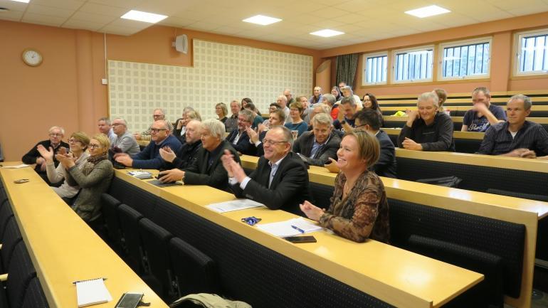 MANGE FRAMMØTTE: Det var mange som ville få med seg signeringa av den viktige avtala. Mellom anna varaordføraren frå Nome, og ordførarane frå Seljord, Bø og Sauherad.