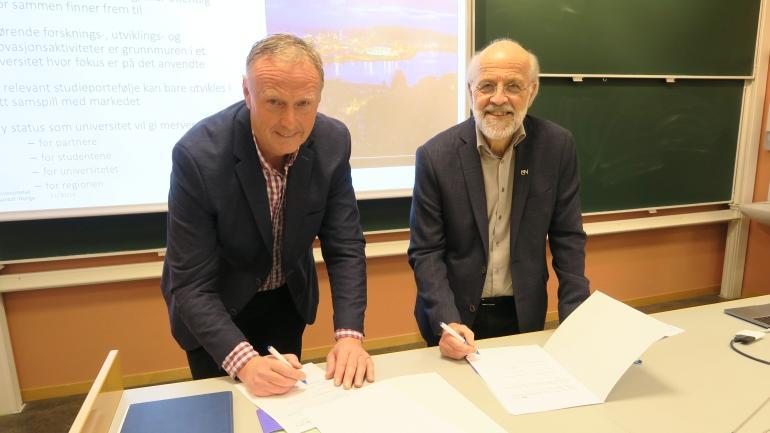 SIGNERTE AVTALE: Bent Gurholt og Petter Aasen signerte 30.11 samarbeidsavtale mellom MTNU og USN.
