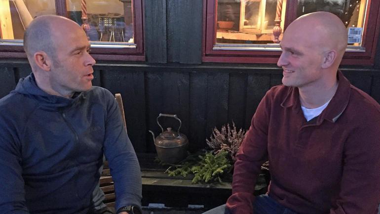 Sportssjef Eirik Verås Larsen og landslagstrener Petter Sandell i samtale under samling på elitecoachutdanningen.