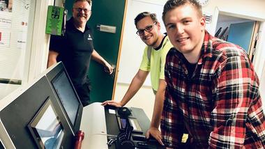 Studentene Bård Dahl (fremst) og Ådne Jacobsen klargjør skipet for avgang under ledelse av universitetslærer Espen Sundheim. Foto. Ta bachelor i marinteknisk drift på USN.