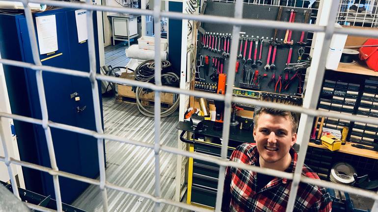 Bård Dahl og resten av bachelorkullet på marinteknisk drift har tilgang til en egen verktøybod i tunglaben. Foto. Vil du studere marinteknisk drift på USN?