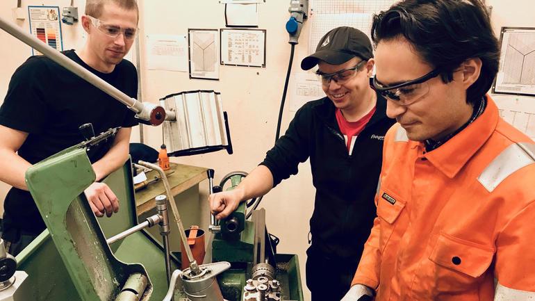 VERKSTEDKURS: Fredrik Horjen (til venstre), Mikael Myreng og Robin Bergdahl tar det halvårige verkstedkurset etter endt bachelor for å kunne løse ut sertifikater. Foto