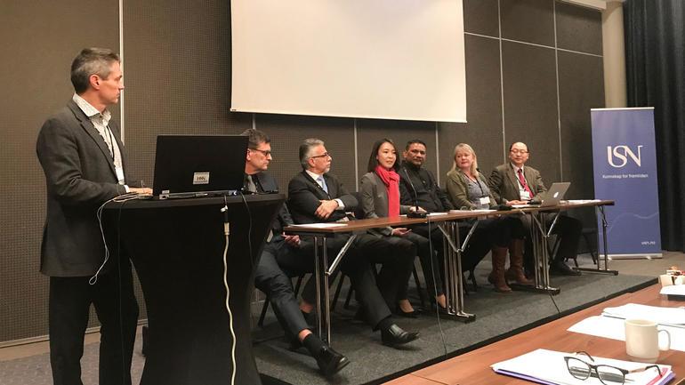 INTERNASJONALT: F.v Professor Ole Boe med et internasjonalt panel under konferansen. Foto