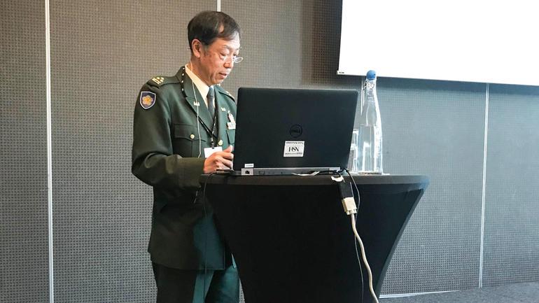 Militære ledere fra mange land deltok, her professor og oberst Hisanori Fukada. National Defence Academy, Japan. Foto