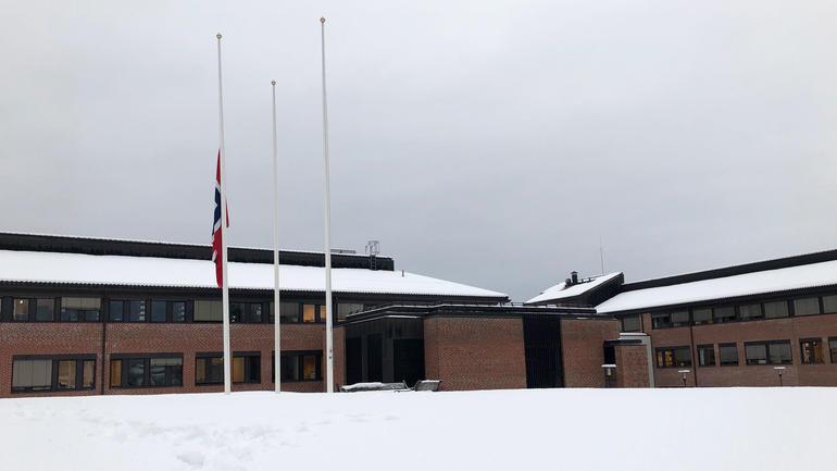 Det flagges på halv stang på campus Bø, etter at to studenter der er drept i Marokko. Foto: USN