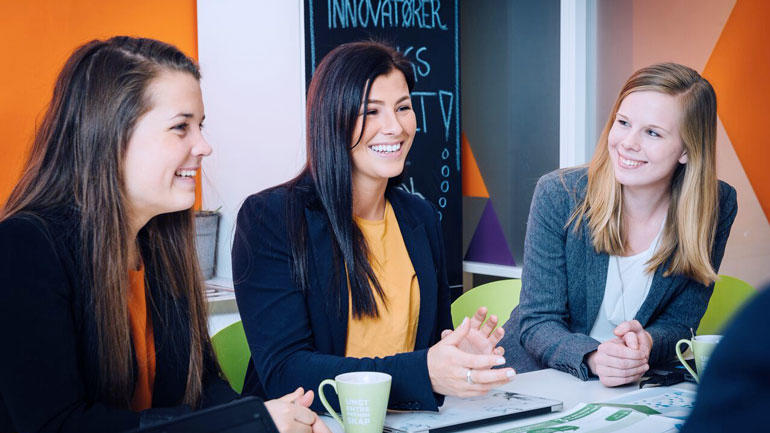 NYTTIG: – Samtlige fag har kommet til nytte i etterkant av studiet, sier Bettina Abrahamsrud (i midten). Hun jobber i dag i Ungt Entreprenørskap Telemark etter fullført bachelor i innovasjon og entreprenørskap ved USN. (Foto: Dag Frogner)