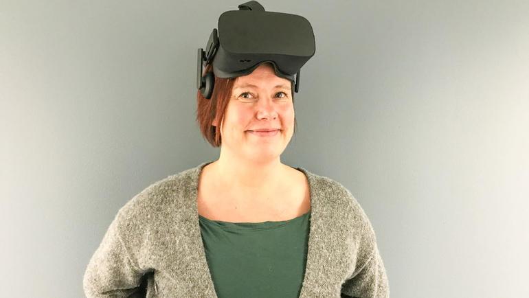 Professor Rigmor Baraas med VR briller