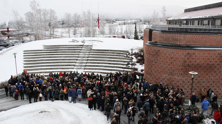 Mange var samlet til to minutters stillhet på campus Bø. Foto: USN