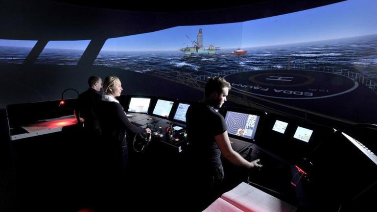Mangel på handling på broen kan få katastrofale følger. Ved Universitetet i Sørøst-Norge trener studenter i simulator der også all kommunikasjon blir analysert, for at ferdsel til sjøs kan bli tryggere. (Foto: Ella Poulssom, USN)