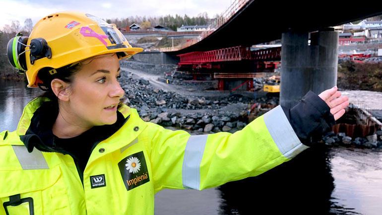 Karin Haave Oskasin på jobb i gult arbeidstøy utendørs ved en bro.