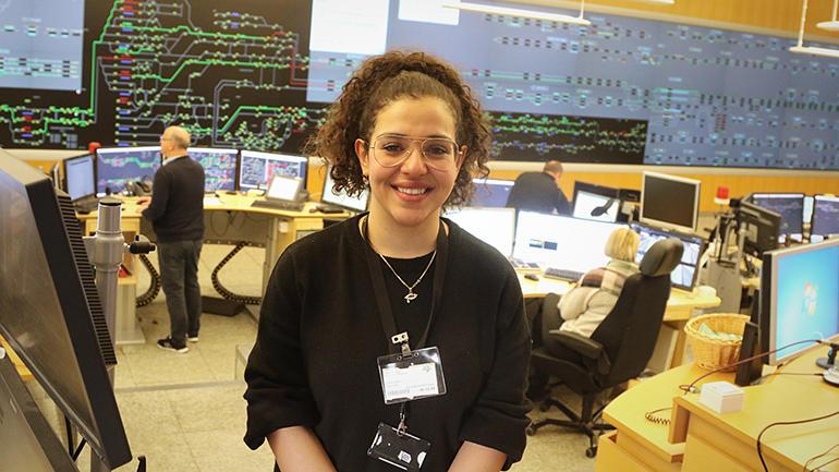 Tidligere system engineering-student ved USN, Leyan Salih, på Bane Nor kontoret i Oslo. foto.