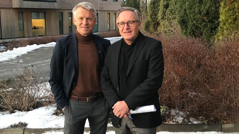 Fornyet avtale. F.v: prorektor Kristian Bogen og assisterende fylkesmann Lasse Berggreen. Foto