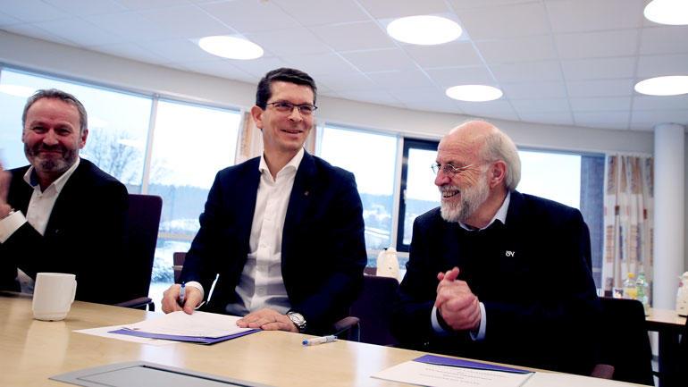 Selve signeringen med konsernsjef Geir Håøy  og USN-rektor Petter Aasen