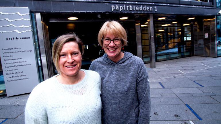 Nærbilde av forskerne HEdda Berntsen og Elsa Kristiansen oppstitl utenfor campus Drammen