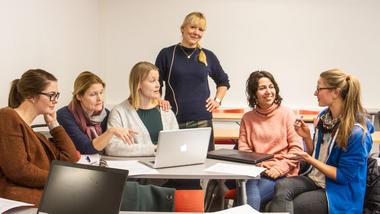 Gro Næss sammen med en gruppe studenter ved GVK. Foto