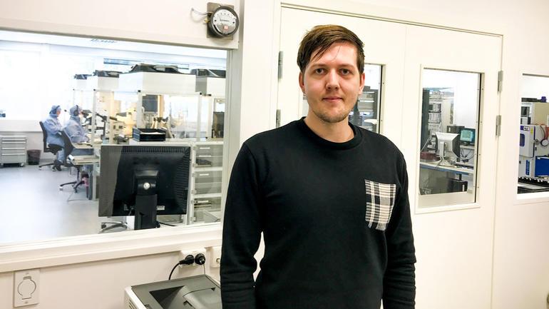Alexander Nordskov foran renrommet på Kongsberg Space Electronics. Foto