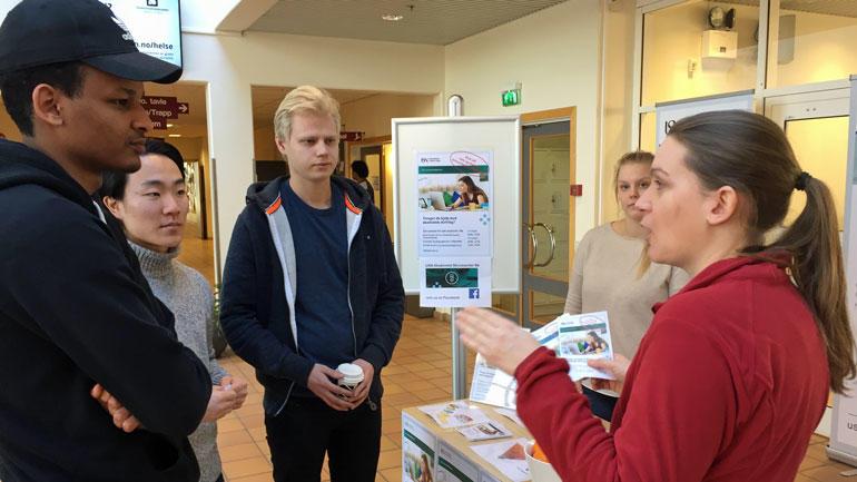 Håkon, Thomas og Yoel får informasjon om nytt akademisk skrivesenter i Bø