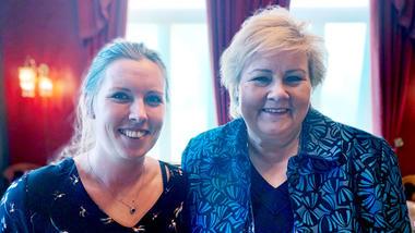 Linn Tandberg Thorud står ved siden av statsminister Erna Solberg
