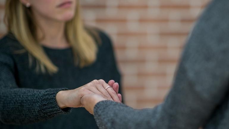 En som holder en annens hånd - rus og psykisk helse