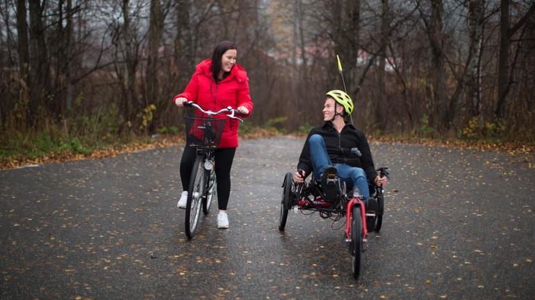 Daniel og hans medstudent Bettina illustrerer hvordan vernepleiere jobber