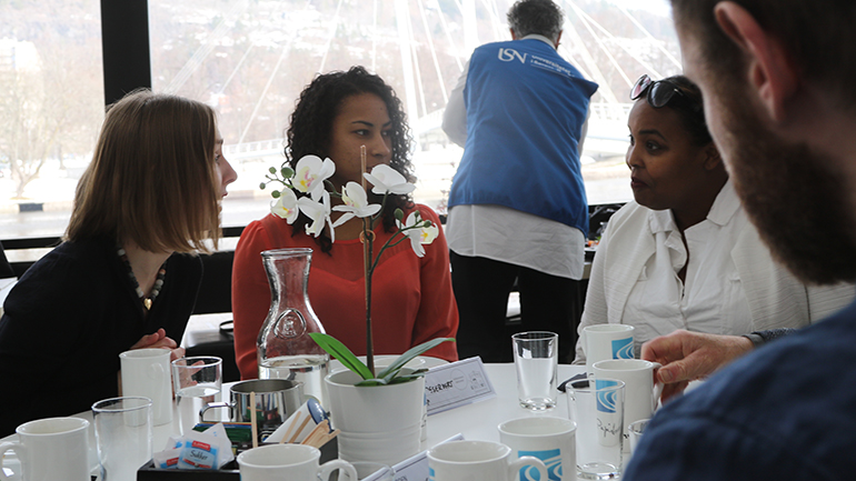 Iselin Nybø diskuterer utveksling med USN-studentene Annabelle Siiri og Nasra Mohamed Roble. foto.