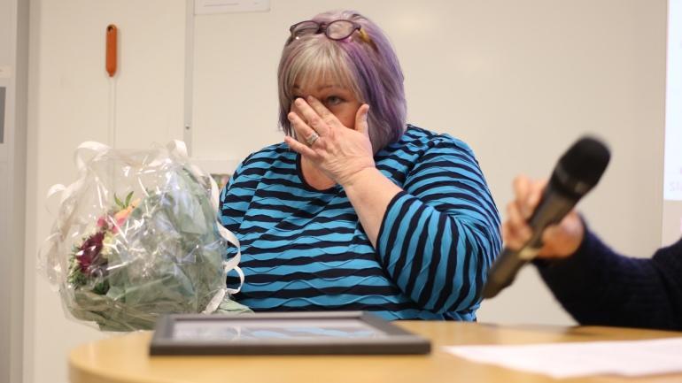 Prisvinner Merete Nesset tørker tårer etter å ha mottatt ytringsfrihetsprisen. Foto