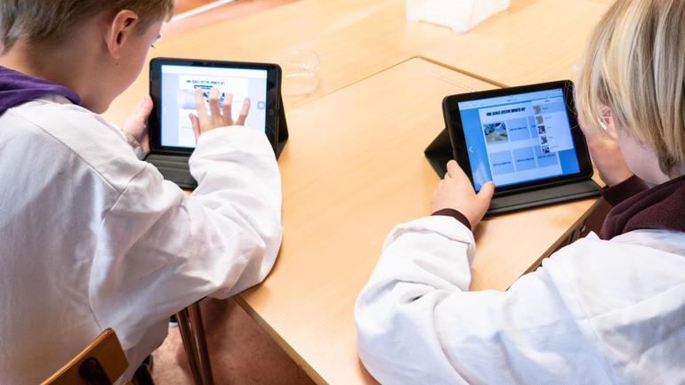 Elevene dokumenterer forsøket på iPad. Foto