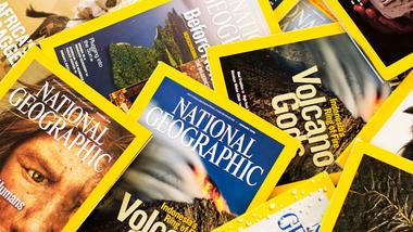 bilder av forsidene av bladene National Geographic i en bunke