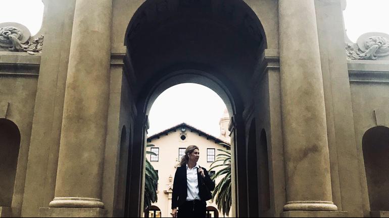 Benja Stig Fagerland i porten inn til Stanford University. Foto
